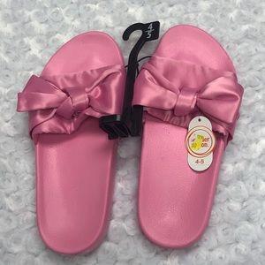 Girls Pink Ribbon Slip On Slides Size 4/5